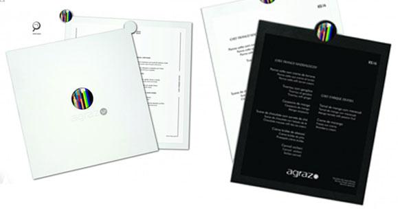 Os menus criados para os restaurantes permitem uma experiência sensorial por meio da textura do material de aplicação e do logo em resina, o que lhe confere um efeito 3D