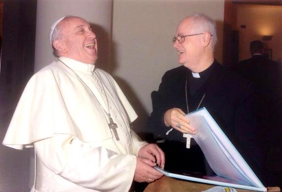 """O Papa recebendo o livro do Cardeal Odilo Pedro Scherer, Arcebispo de São Paulo, ele disse: """"Humor é bom"""", """"humor faz bem"""""""