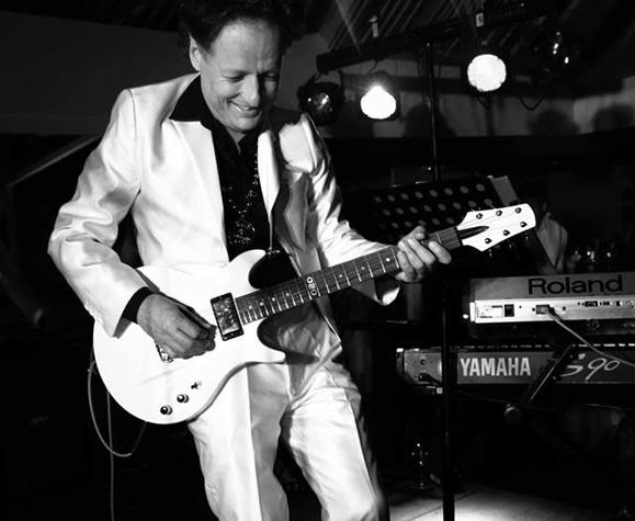 Aristides Poort se diverte com uma de suas guitarras que ele considera perfeita