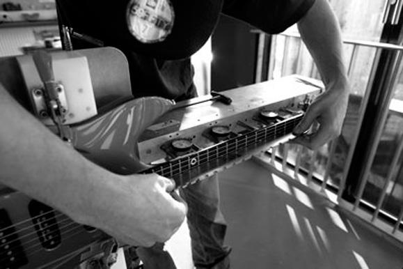 O processo completo de construção do corpo das guitarras Aristides é feito manualmente e leva oito horas