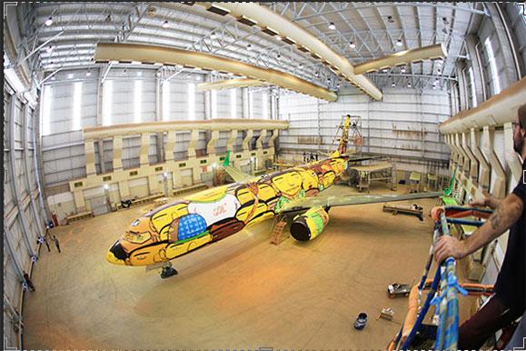 Avião da GOL no ambiente de criação utilizado pelos OSGEMEOS