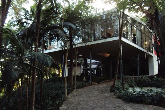 Casa de Vidro, residência do casal Bardi projetada por Lina, que foi doada para criação do Instituto Lina e M.P. Bardi
