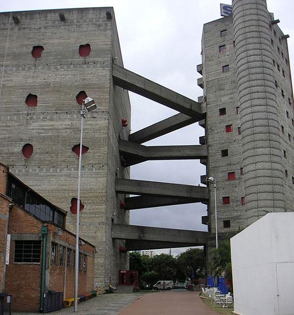 Sesc Pompeia projetado por Lina Bo Bardi que se tornou espaço para suas exposições