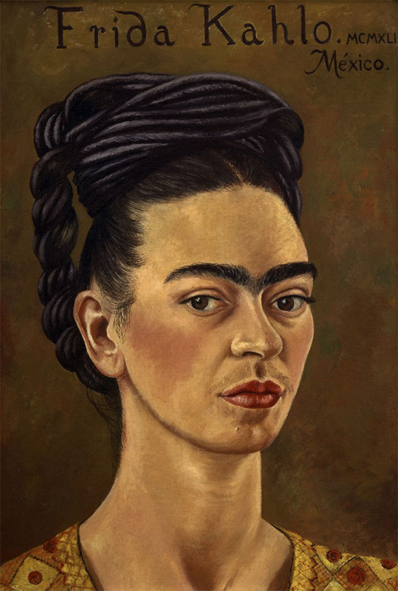 Frida Kahlo_autorretrato con vestido rojo y dorado_1941_oleo sobre tela_courtesy of the Gelman Collection_©2015 Banco de Mexico Diego Rivera & Frida Kahlo Museums Trust