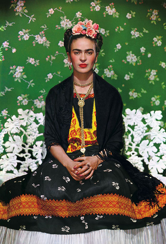 Nickolas Muray_Frida Kahlo en una banca 5_Carbro print_455X36cm_Courtesy the Gelman Collection © Nickolas Muray Photo Archives