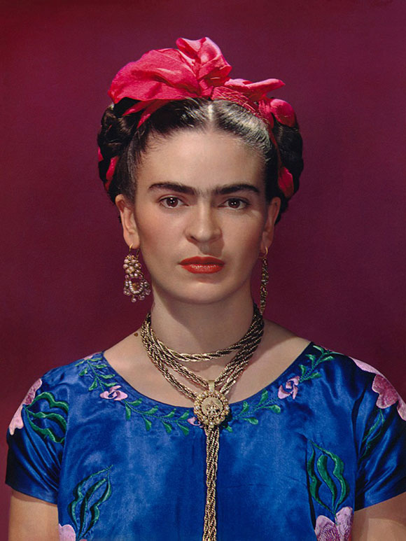 Nikolas Muray_Frida Kahlo en vestido azul_1939_Carbro print, Ed. 2de30_Courtesy the Gelman Collection, © Nickolas Muray Photo Archives. A imagem não pode ser alterada