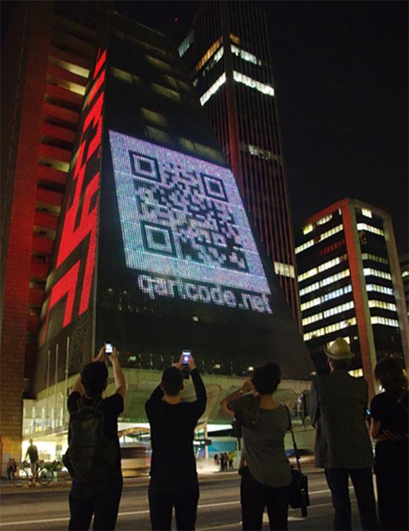 A obra #QR-Comms, de Giselle Beiguelman, instigará o público que passa pela Av.  Paulista