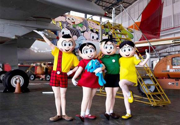 Turma da Monica em frente ao avião da Avianca personalizado com os personagens e seu criador