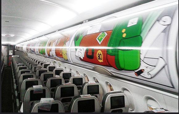 Turminha nos compartimentos das bagagens de mão, troleys para distribuição do serviço de bordo, espelhos, portas dos banheiros, mesas e cabeçotes em todos os assentos