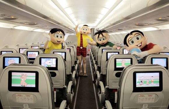 A presença da Turminha está também no interior da aeronave em vídeos e na decoração