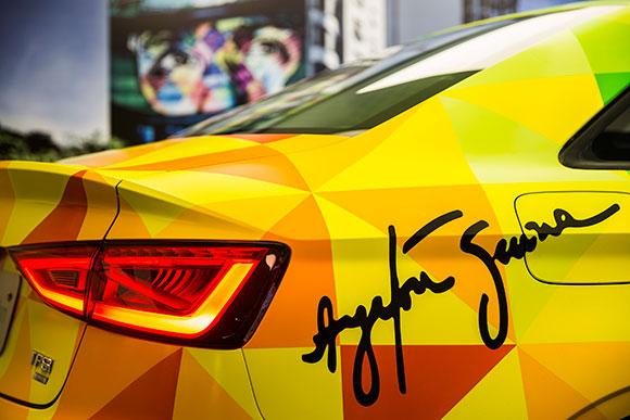 Utilizando uma pintura estilizada, Kobra imprimiu no automóvel as cores do capacete de Senna e a assinatura do campeão na latera.